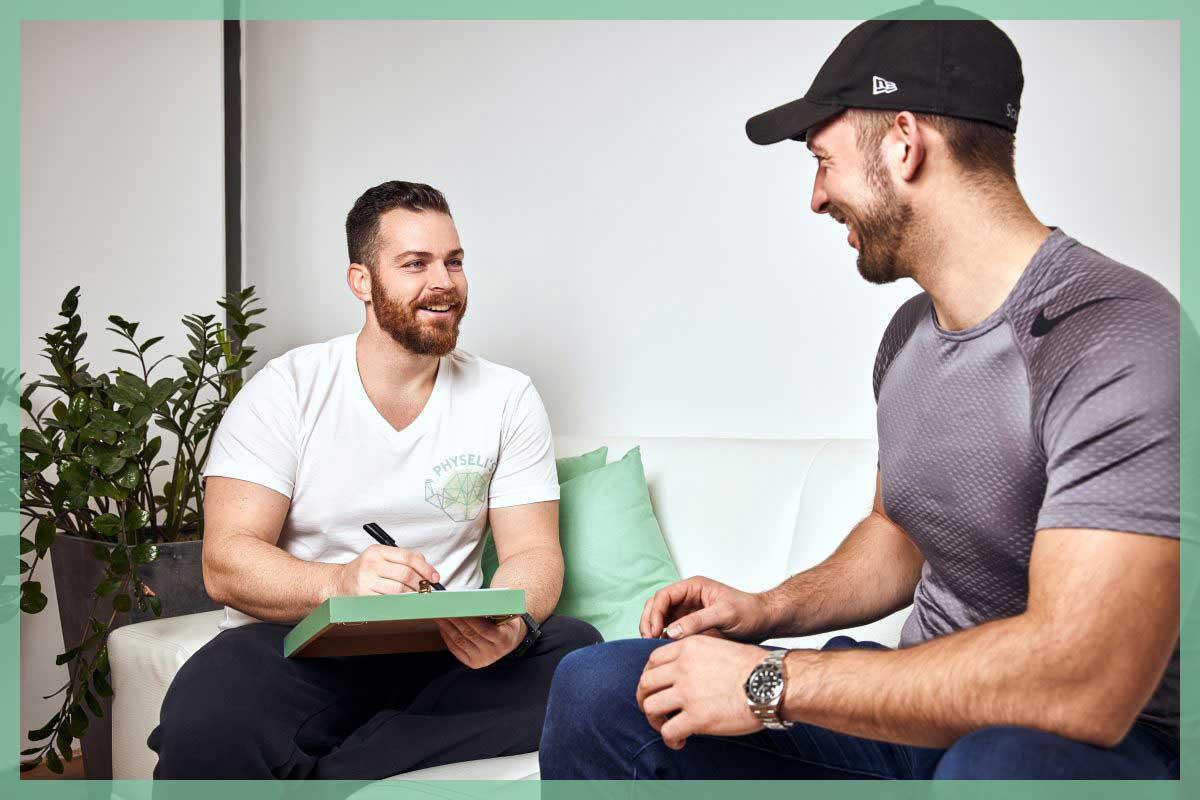Diätologe spricht mit Patienten über Ernährungsgewohnheiten und den geeigneten Ernährungsplan.