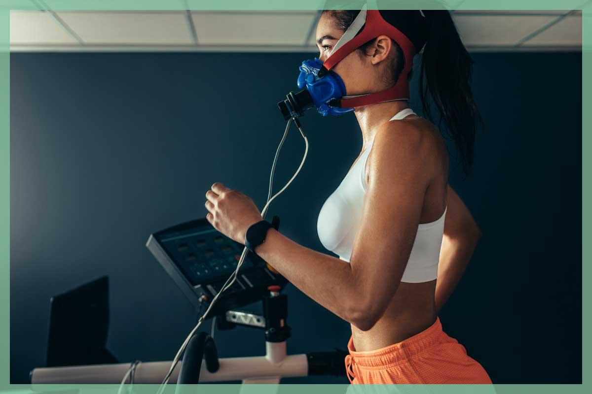 SportlerIn läuft mit Atemanalysegerät
